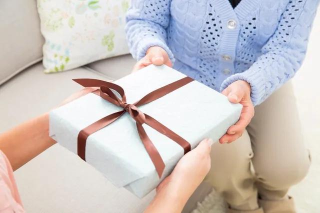 养老机构老人或家属给工作人员送礼,收不收?